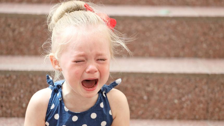 Mann erschreckt Mädchen mit einer Horrorpuppe.