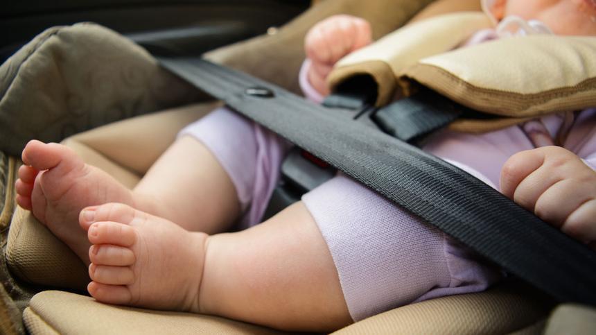 Diese Fehler beim Anschnallen im Auto sind für Kinder & Babys lebensgefährlich