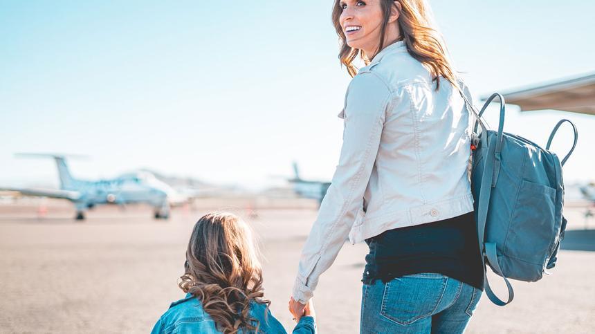 Mutter und Tochter auf dem Weg zum Flugzeug