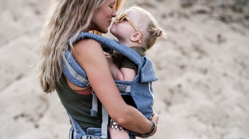 Auch bei Babytragen sollte die Anhock-Spreizhaltung gewährleistet werden