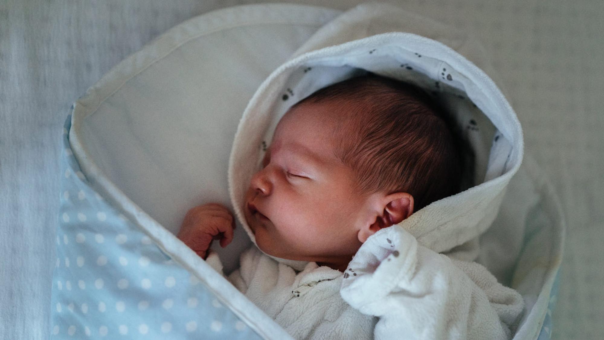 Wie schläft ein Neugeborenes? Tipps und FAQ