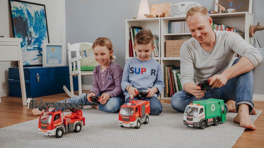Familie spielt mit Autos