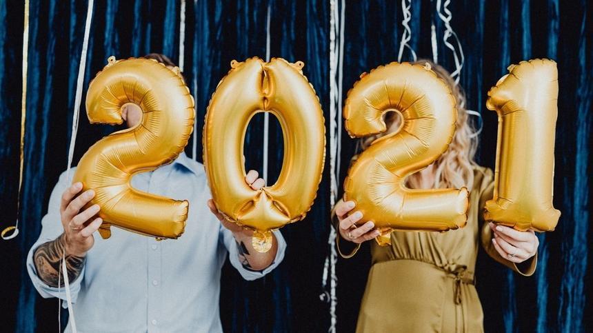 Paar hält Ballons mit 2021