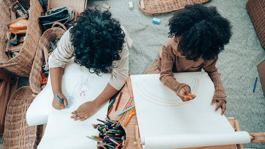 Zwei Kinder malen zusammen ein Bild