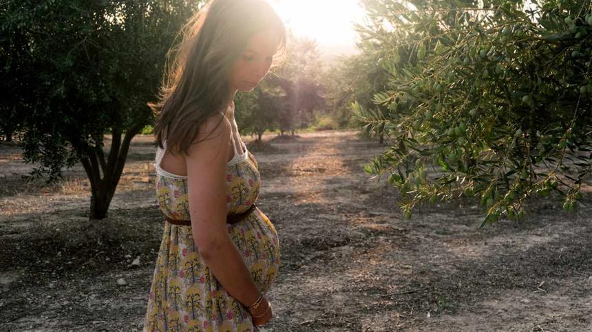 Schwangere steht in der Natur