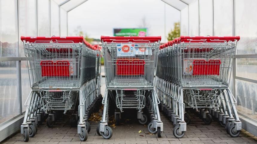 Einkaufswägen stehen in Unterstand aufgereiht