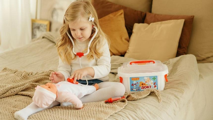 Mädchen spielt mir Puppe