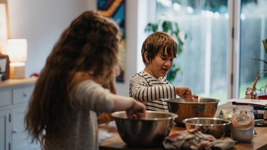 Kinder kochen gemeinsam