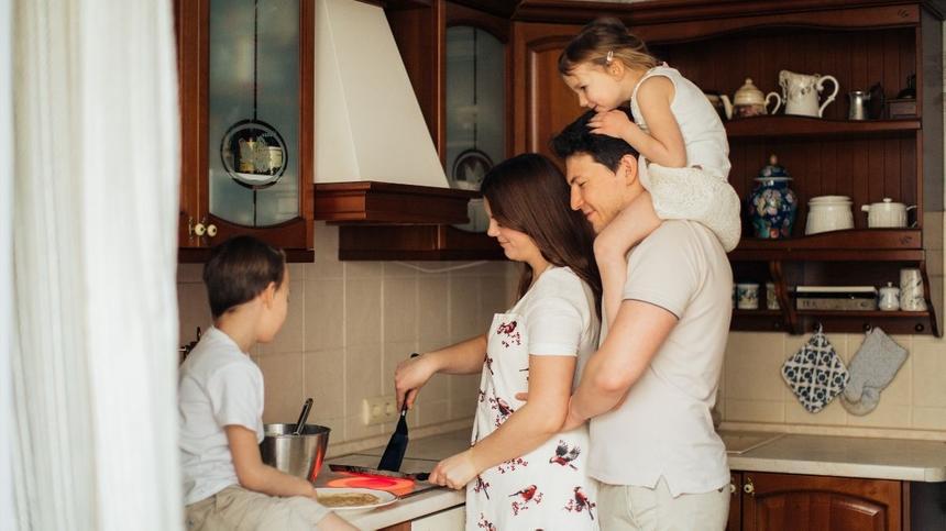 Familie beim Kochen