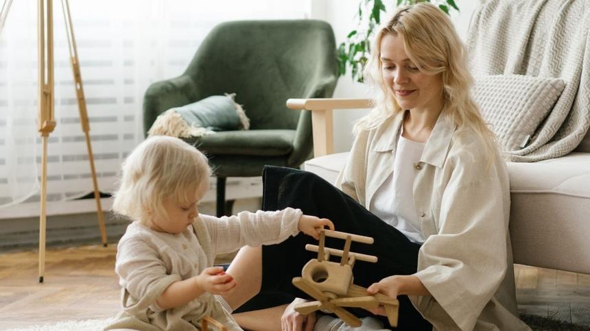 Home-Kindergartening: Mutter und Tochter beim Spielen