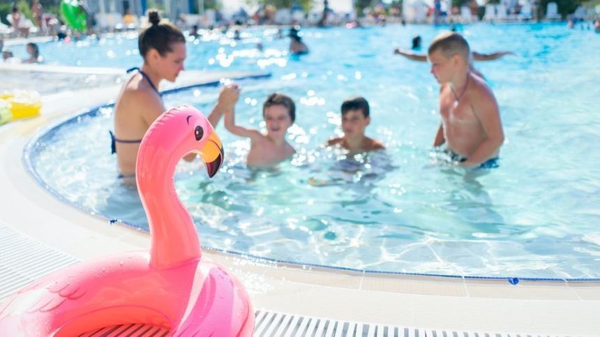Farbe der Badekleidung: Kinder im Pool