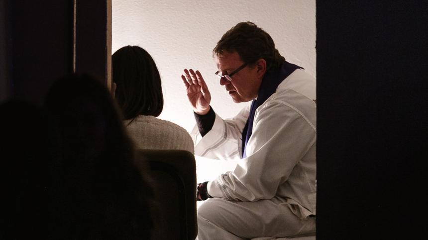 Pfarrer bei einem Taufgespräch