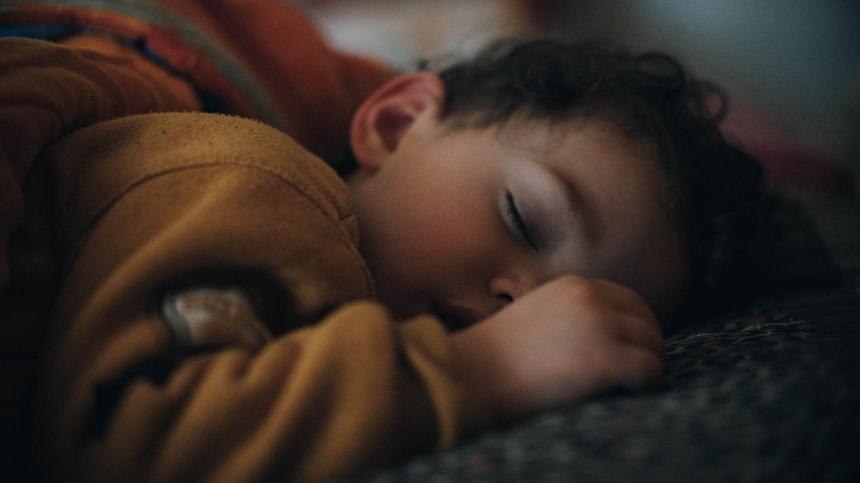 Schlafbedarf: Kind am schlafen