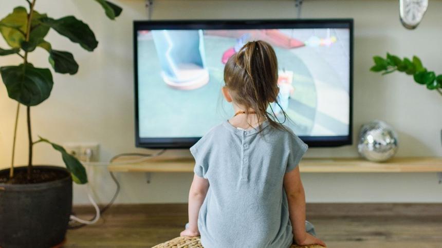 Mädchen schaut Kinderserien im Fernsehen