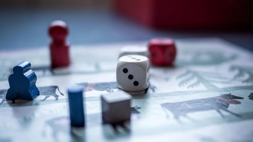 Brettspiel mit Figuren und Würfeln