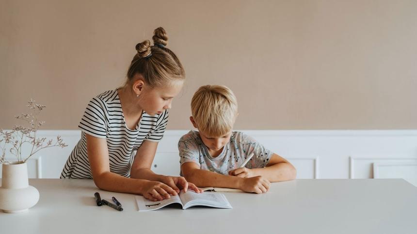 Geschwister machen zusammen Hausaufgaben
