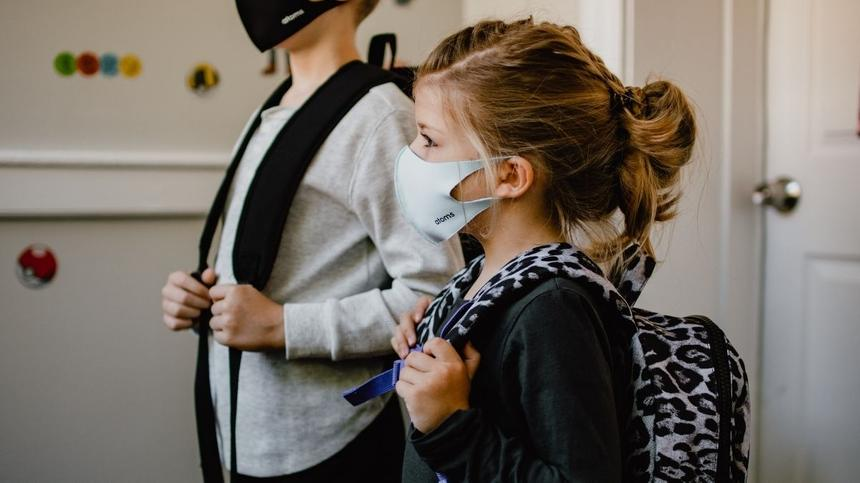 Zwei Kinder mit Maske in der Schule