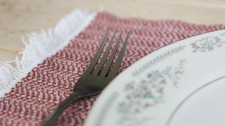 Gabel liegt neben einem Teller