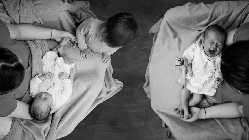 eineinige Zwillingsbabys mit geschwisterkind