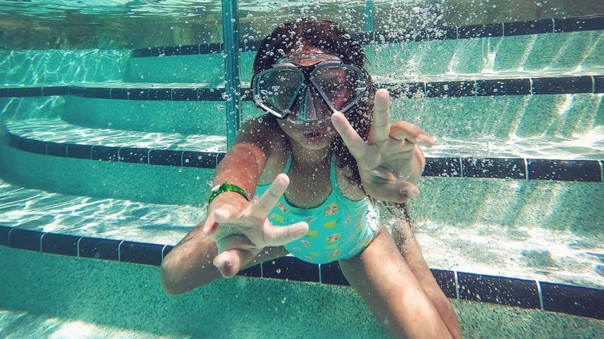Mädchen unterwasser mit Taucherbrille