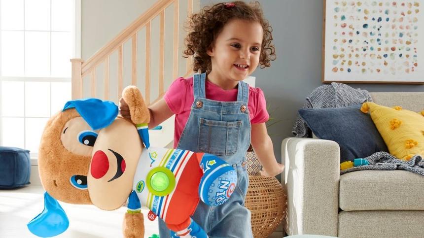 Mädchen spielt mit Fisher-Price Spielzeug