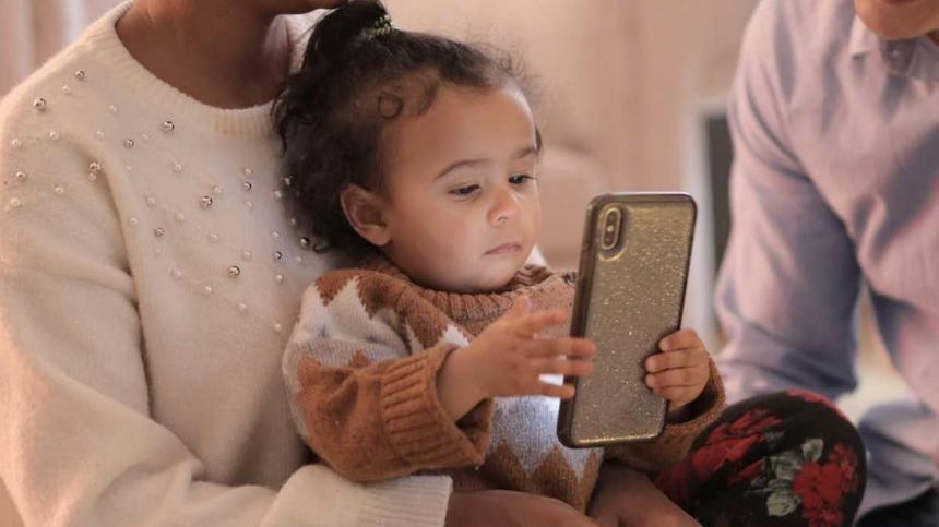 Kleinkind spielt mit dem Smartphone