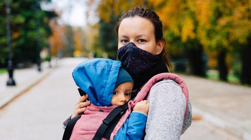 Mama mit Maske auf im Park