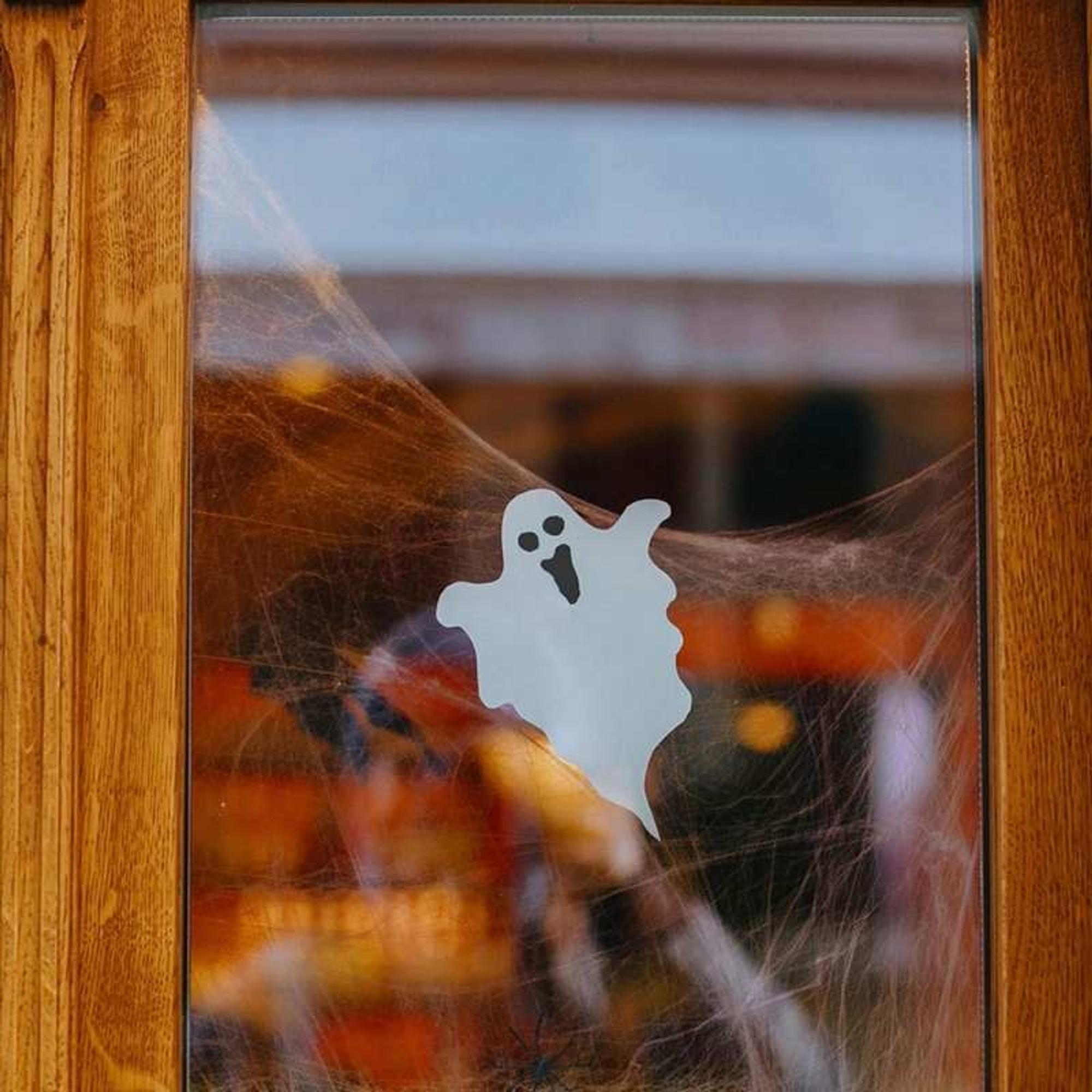 Schreck-Gespenst am Fenster als Halloween-Deko basteln