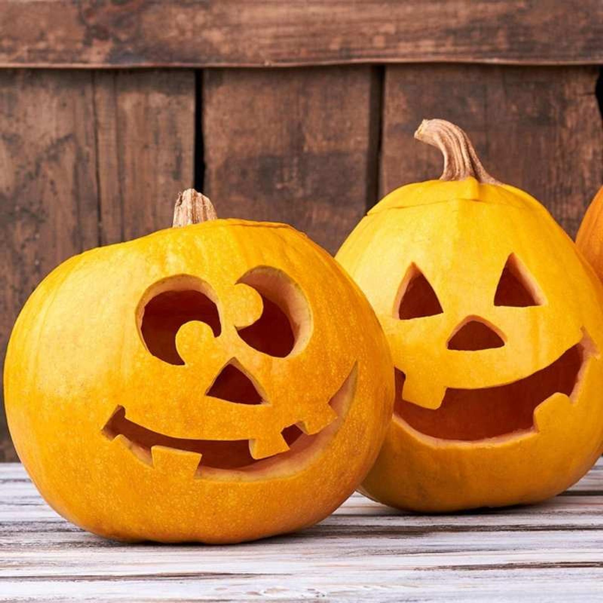 Kürbisse als Halloween-Deko vor der Tür