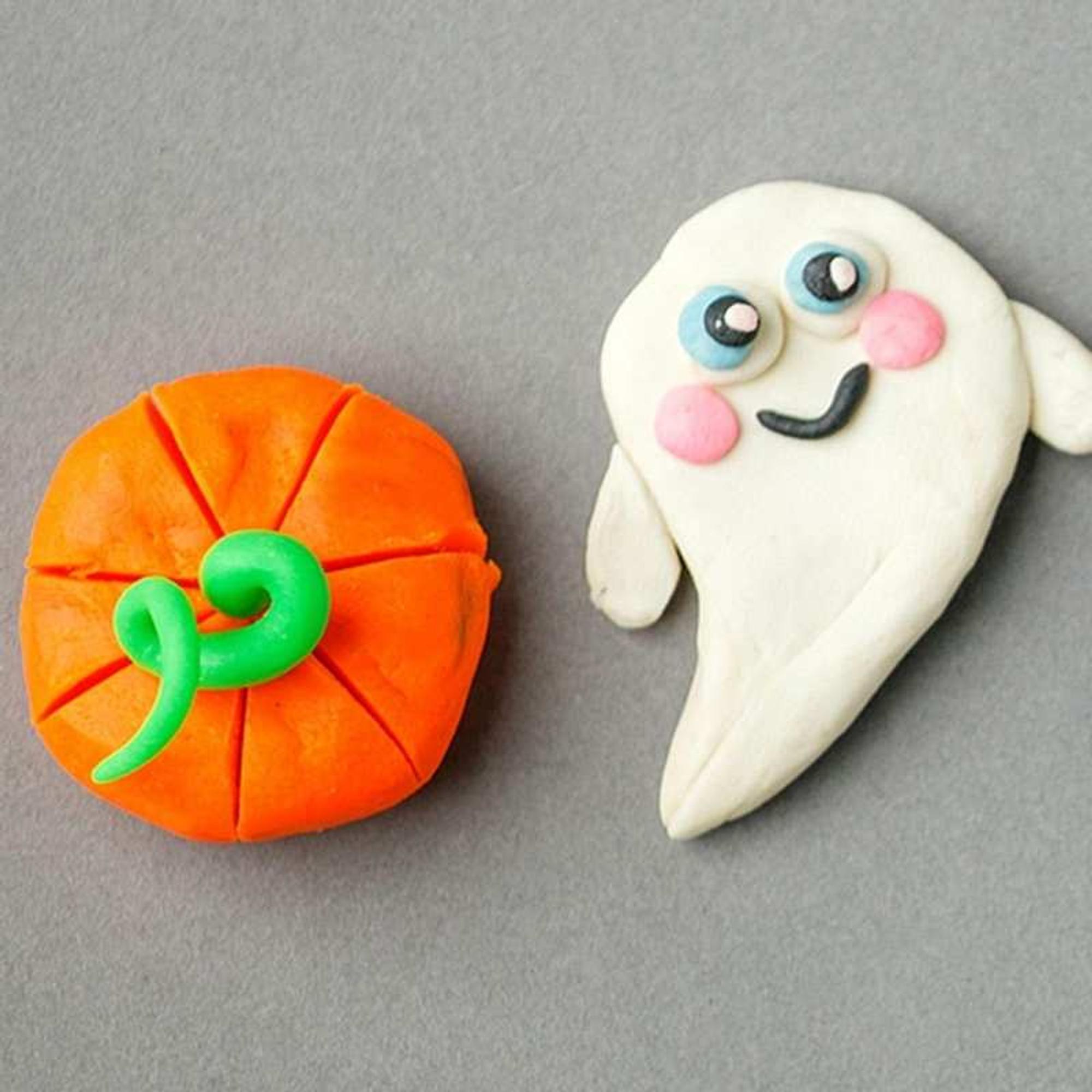 Schnelle Halloween-Deko basteln: Kürbis und Gespenst aus lufttrocknendem Ton