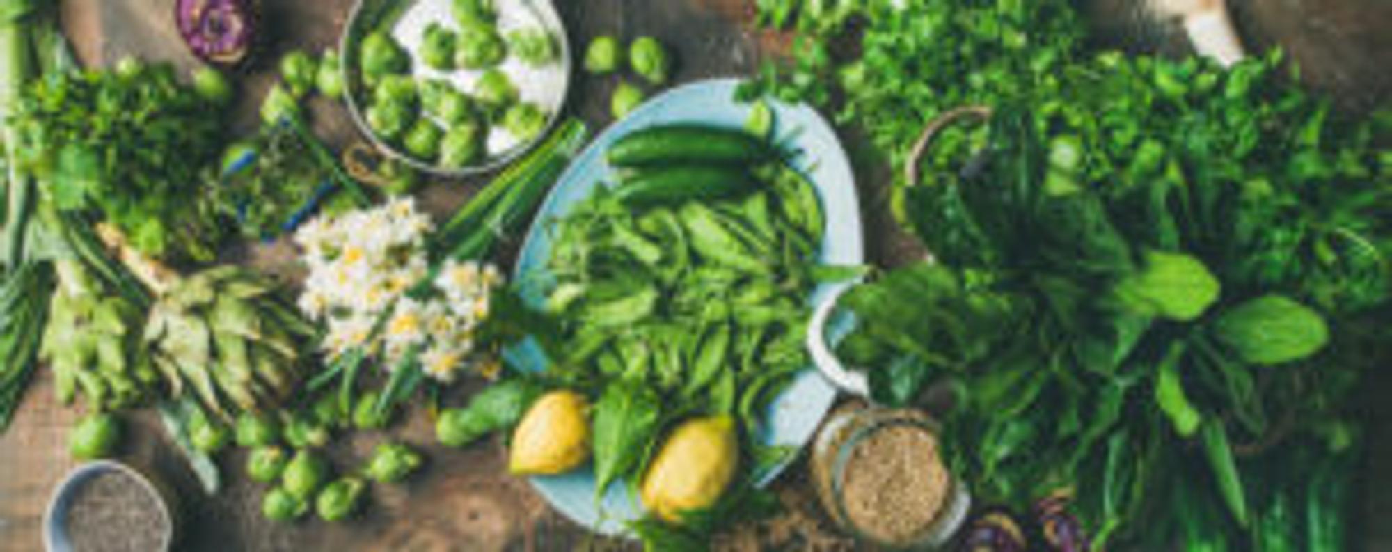 Frisches Gemüse auf einem Tisch drapiert.